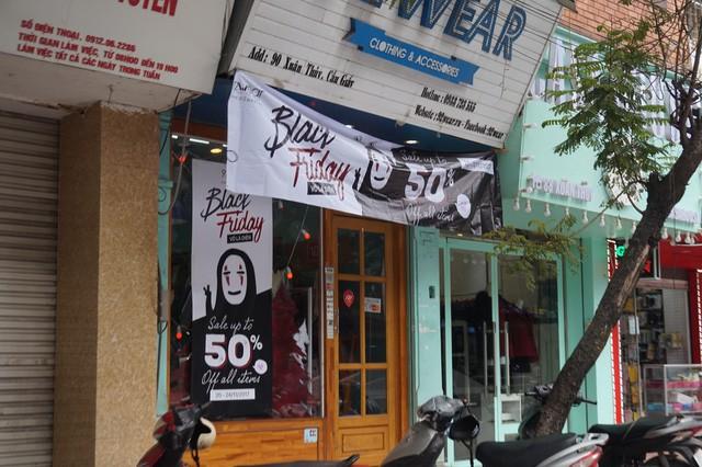 Cửa hàng thời trang, siêu thị giảm giá sâu ngày Black Friday  - Ảnh 4.