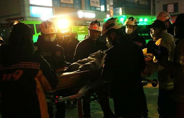 Người đàn ông sống sót kỳ diệu sau khi liều mình nhảy khỏi tầng 4 trong vụ cháy lớn trong lịch sử Hàn Quốc - Ảnh 4.