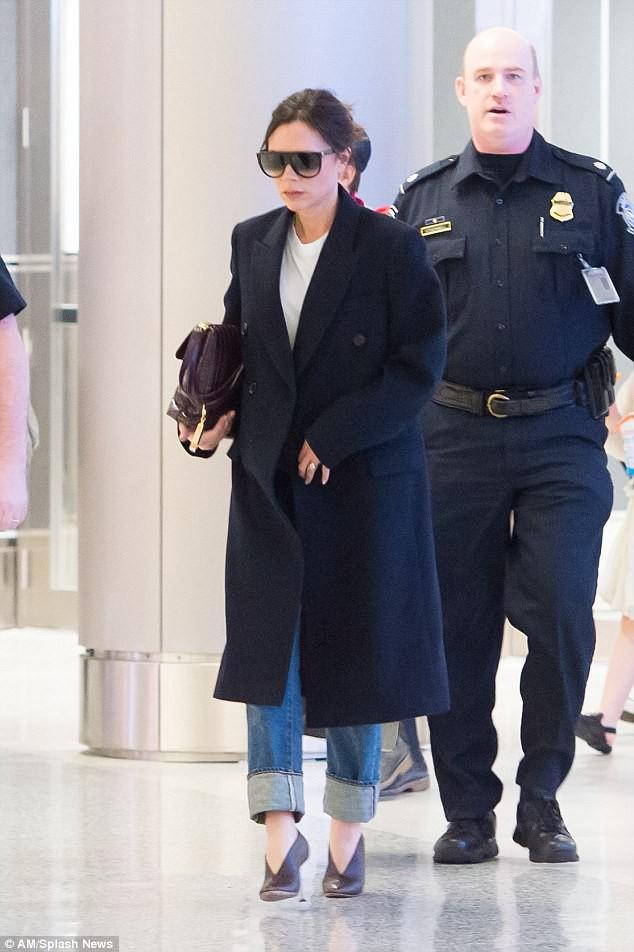 Harper Beckham diện giày 7,2 triệu đồng đi nghỉ mát đón năm mới cùng gia đình - Ảnh 4.