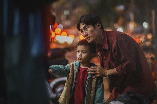 Bộ ảnh gây xúc động về tình cha con với cái Tết của người nghèo - ảnh 11
