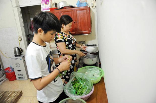 Sau sự hào nhoáng bên ngoài của showbiz, vẫn có những sao Việt giản dị đi xe máy, ăn mì tôm giản dị - ảnh 35