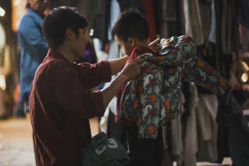 Bộ ảnh gây xúc động về tình cha con với cái Tết của người nghèo - ảnh 13
