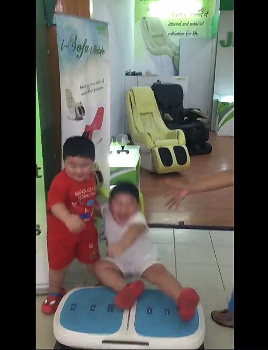 Hai cậu bé ẵm triệu view chỉ với đoạn clip đứng... rung lắc trên máy tập thể dục - Ảnh 6.