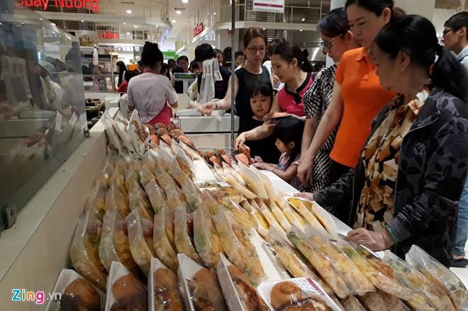 Đổ xô sắm Tết ngày cuối kỳ nghỉ lễ ở Sài Gòn, Hà Nội - Ảnh 5.