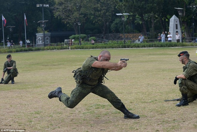 Lính Nga chịu bỏng, đập vỡ gạch trên người để tập luyện - Ảnh 5.