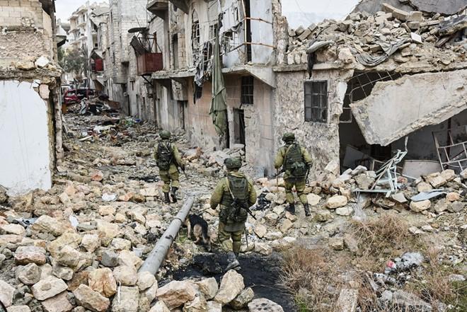 Lính Nga vật lộn với bom mìn chưa nổ ở Aleppo - Ảnh 5.