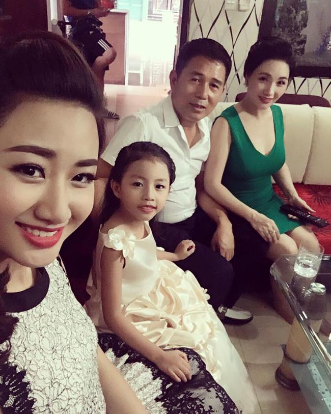 Nhan sắc rạng ngời trẻ trung được khen là xinh hơn cả con gái của mẹ ruột hoa hậu Thu Ngân - Ảnh 5.