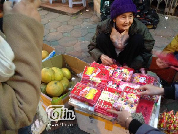 Cụ bà 79 tuổi ngồi co ro bán bao lì xì mưu sinh bên vệ đường - Ảnh 1.