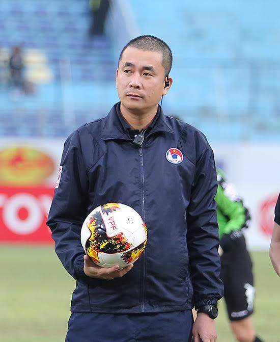 Mặc kệ dư luận, trọng tài Thư đủng đỉnh ngồi bàn sân Hàng Đẫy - Ảnh 4.