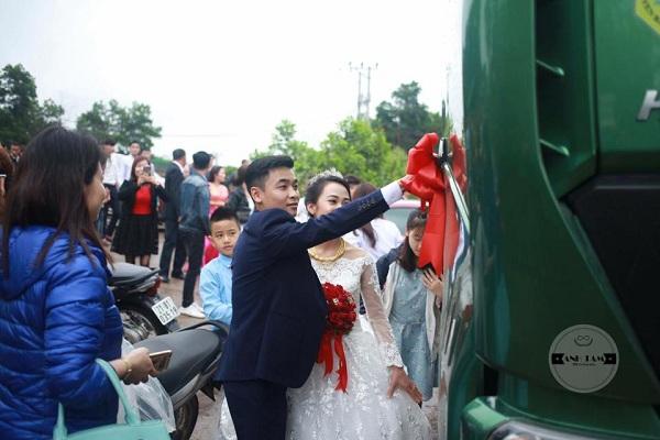 Rước dâu bằng cả dàn xe tải, cô dâu cười mãn nguyện vì đã lừa được chú rể - Ảnh 2.