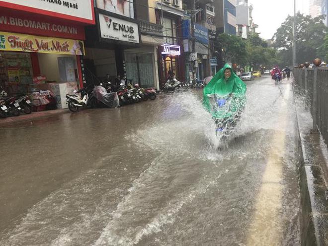 Tuyến đường ở Hà Nội bị ngập sau cơn mưa lớn do ảnh hưởng từ cơn bão số 2