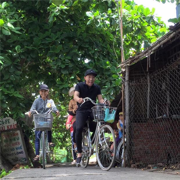 Sau sự hào nhoáng bên ngoài của showbiz, vẫn có những sao Việt giản dị đi xe máy, ăn mì tôm giản dị - ảnh 5