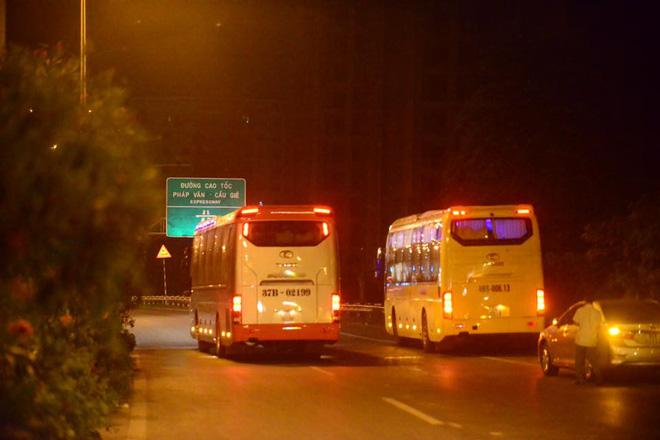 Hà Nội: Vành đai 3 ùn tắc nhiều tiếng đồng hồ, người dân vạ vật ngoài cao tốc bắt xe về quê trong đêm - Ảnh 5.