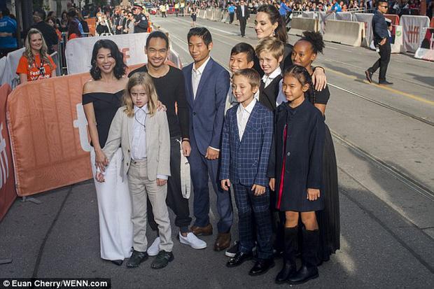 Pax Thiên giờ đã là quý tử cao nhất nhà Angelina Jolie, xuất hiện đầy chững chạc trên thảm đỏ - Ảnh 4.