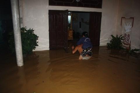 Thanh Hóa: Nước dâng ngập nóc nhà, người dân cõng nhau chạy lũ trong đêm - Ảnh 5.