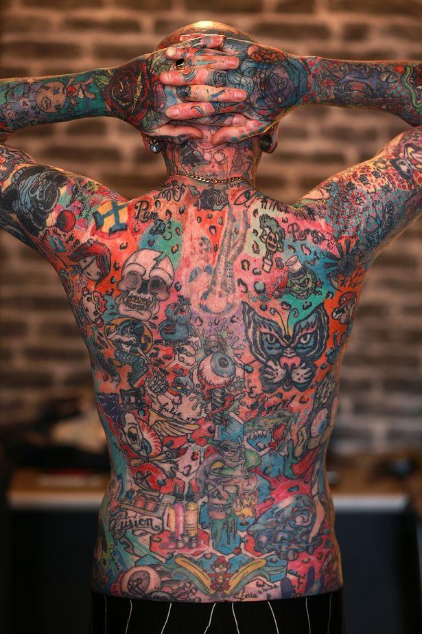 Người đàn ông trở thành triển lãm tranh di động với hơn 800 hình xăm trên cơ thể - Ảnh 4.