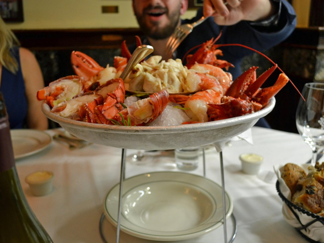 Có gì tại nhà hàng ưa thích của Warren Buffett tại New York, nơi nhiều người chi hàng triệu đô la để dùng bữa với tỉ phú giàu nhất thế giới? - Ảnh 5.