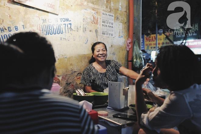 Quán bánh bột lọc 30 năm tuổi phố Ngọc Lâm, quán vỉa hè, mở hàng giờ dị mà vẫn nườm nượp khách - Ảnh 5.