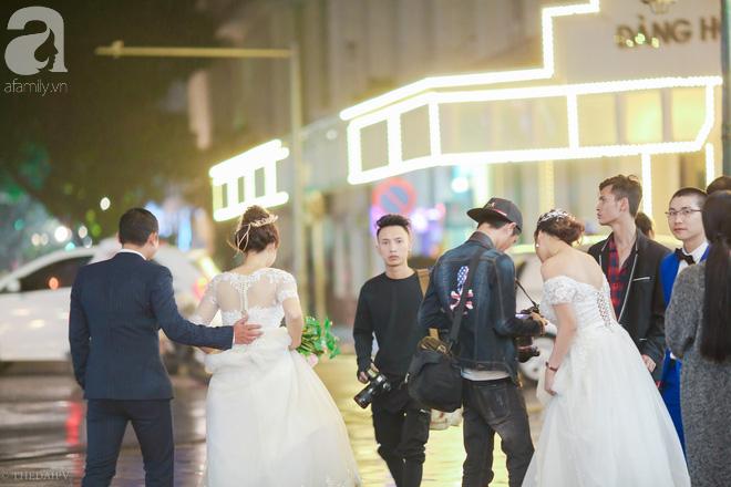 Hà Nội vào mùa cưới, một mét vuông mấy chục cô dâu chen nhau tạo dáng, bất chấp gió mưa - Ảnh 5.