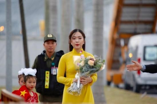 Cận cảnh nhan sắc thiếu nữ tặng hoa Tổng thống Trump ở Hà Nội - ảnh 5
