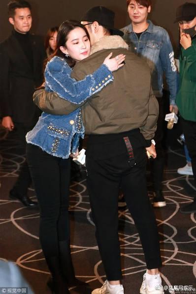 Cô Cô Lưu Diệc Phi hạnh phúc ôm chầm lấy Quá Nhi Huỳnh Hiểu Minh tại sự kiện - Ảnh 5.