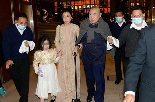 Tỷ phú Hong Kong chống gậy đưa vợ đáng tuổi cháu đi mua sắm - Ảnh 2.