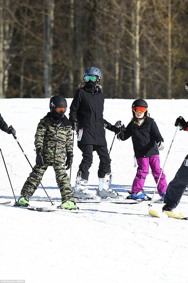 Angelina Jolie trượt tuyết với các con sau tin đồn giảm cân còn 34 kg - Ảnh 6.