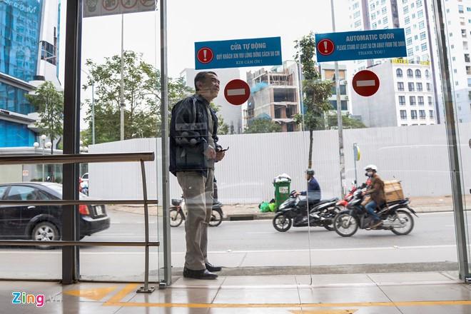 Hành khách lúng túng tìm lối ra vào nhà chờ buýt nhanh BRT - Ảnh 6.