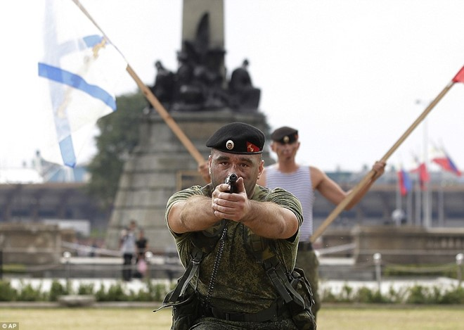 Lính Nga chịu bỏng, đập vỡ gạch trên người để tập luyện - Ảnh 6.
