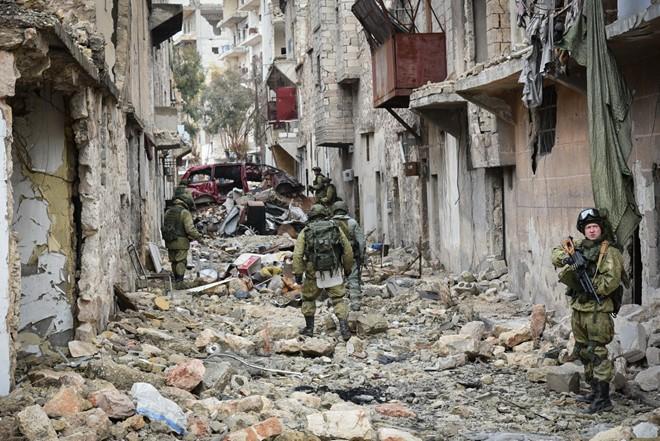 Lính Nga vật lộn với bom mìn chưa nổ ở Aleppo - Ảnh 6.