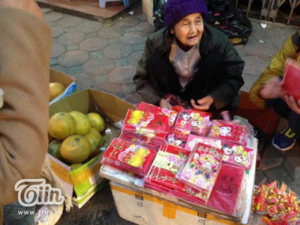 Cụ bà 79 tuổi ngồi co ro bán bao lì xì mưu sinh bên vệ đường - Ảnh 2.