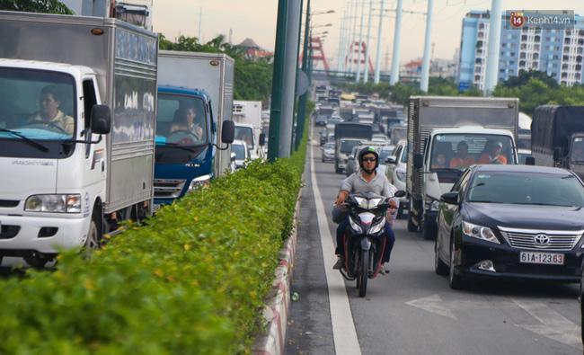 Kẹt xe kéo dài hơn 2km trên đại lộ Phạm Văn Đồng sau cơn mưa lớn ở Sài Gòn - Ảnh 7.