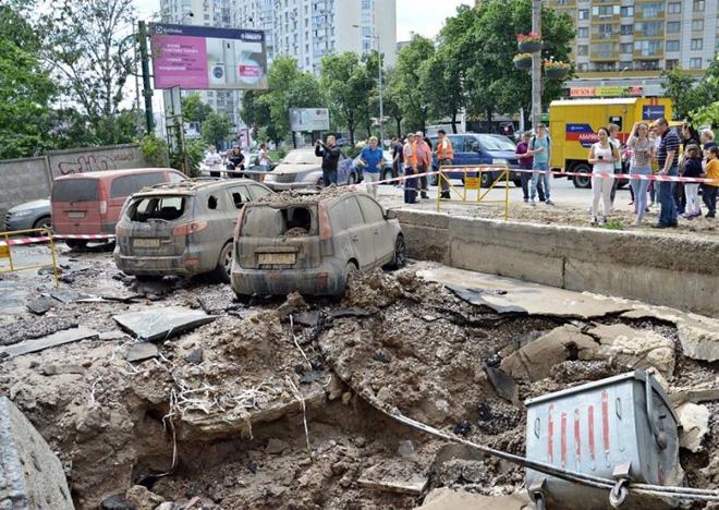 Đường ống nước ngầm đột ngột phát nổ sau 37 năm bị lãng quên dưới lòng đất Ukraina - Ảnh 6.
