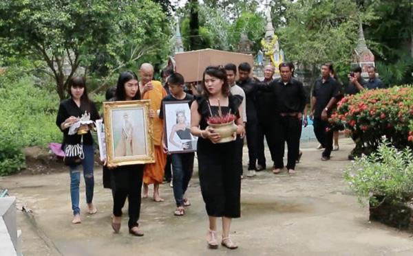Đám tang Hoa hậu 19 tuổi Thái Lan: Cuối cùng bố mẹ đẻ cô cũng đến - Ảnh 2.