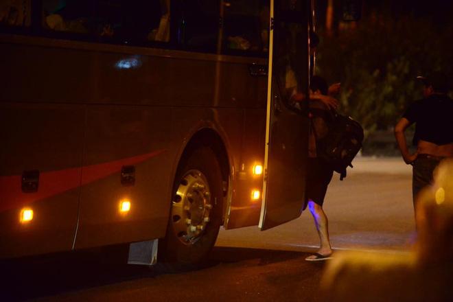 Hà Nội: Vành đai 3 ùn tắc nhiều tiếng đồng hồ, người dân vạ vật ngoài cao tốc bắt xe về quê trong đêm - Ảnh 6.