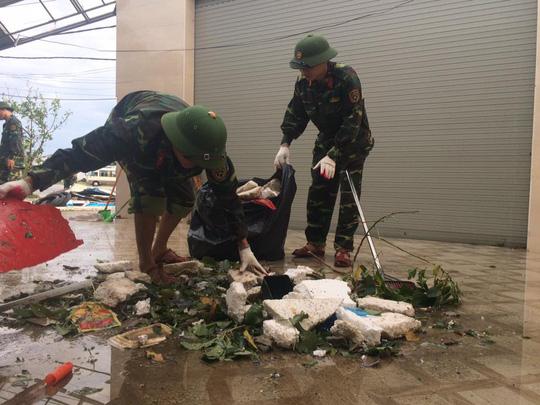 Quân khu 4 điều 400 chiến sĩ tới Hà Tĩnh giúp dân sau bão - Ảnh 6.