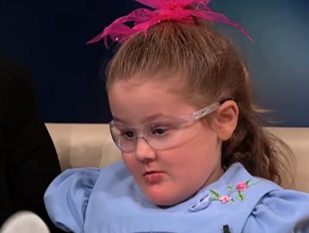 Nhai lưỡi và tự cào mù cả mắt, cuộc sống đầy rẫy hiểm họa với bé gái bị mắc phải bệnh hiếm - Ảnh 6.