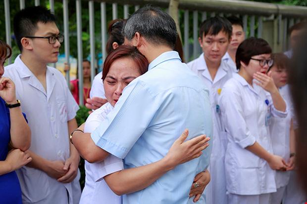 Viện trưởng Viện huyết học truyền máu trung ương nghỉ hưu, hàng trăm y bác sĩ, bệnh nhân xếp hàng chia tay trong nước mắt - Ảnh 6.