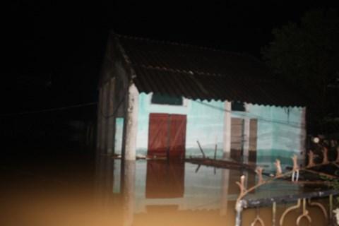 Thanh Hóa: Nước dâng ngập nóc nhà, người dân cõng nhau chạy lũ trong đêm - Ảnh 6.