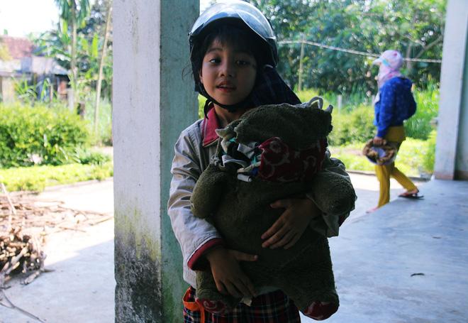 Người mẹ quét rác và 2 đứa trẻ thiểu năng suốt 10 năm ôm con gấu bông rách vì tưởng là… bố - Ảnh 6.