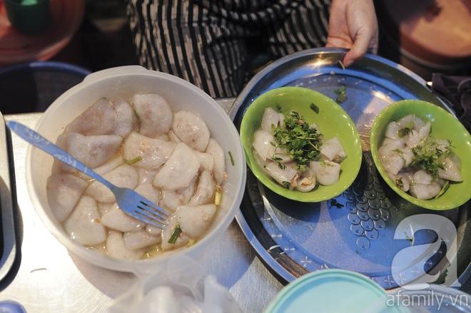 Quán bánh bột lọc 30 năm tuổi phố Ngọc Lâm, quán vỉa hè, mở hàng giờ dị mà vẫn nườm nượp khách - Ảnh 6.