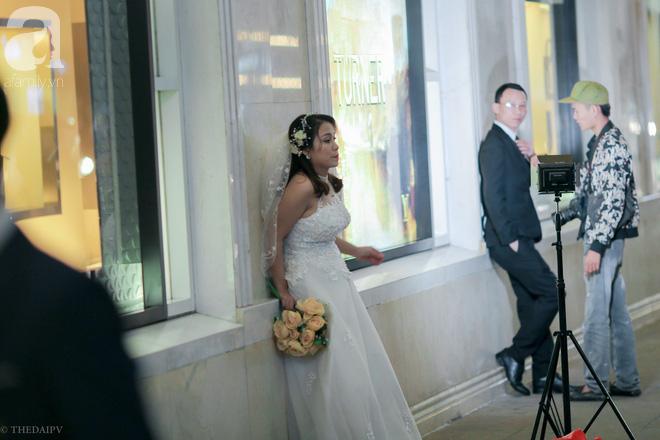 Hà Nội vào mùa cưới, một mét vuông mấy chục cô dâu chen nhau tạo dáng, bất chấp gió mưa - Ảnh 6.