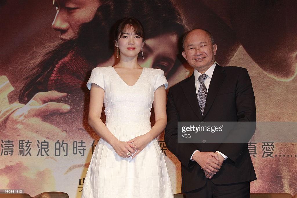 Sao Hàn: Tìm ra nhân vật quyền lực tặng đôi vòng vàng long phượng làm quà cưới cho Song Song