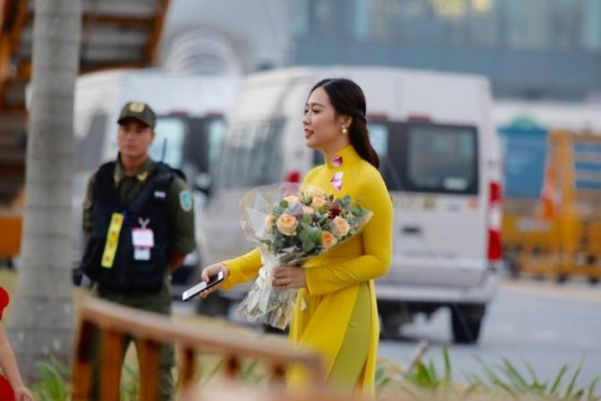 Cận cảnh nhan sắc thiếu nữ tặng hoa Tổng thống Trump ở Hà Nội - ảnh 6