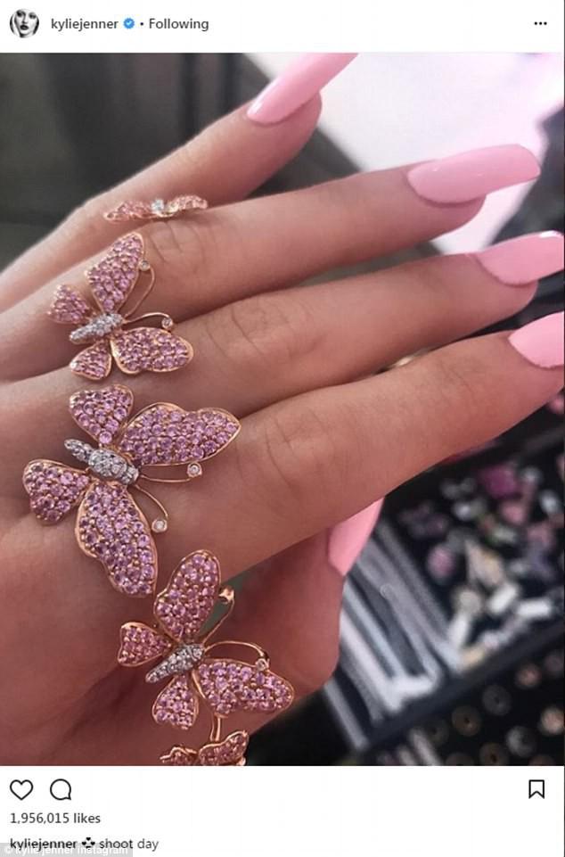 Kylie Jenner khoe chiếc nhẫn đính viên kim cương khủng, có thể đã đính hôn và sắp sinh con gái - Ảnh 8.