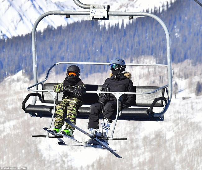 Angelina Jolie trượt tuyết với các con sau tin đồn giảm cân còn 34 kg - Ảnh 7.