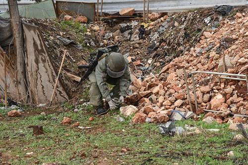 Công binh Nga cày xới từng mét đất Aleppo - Ảnh 6.