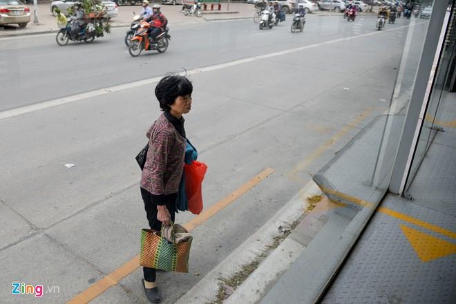 Hành khách lúng túng tìm lối ra vào nhà chờ buýt nhanh BRT - Ảnh 7.