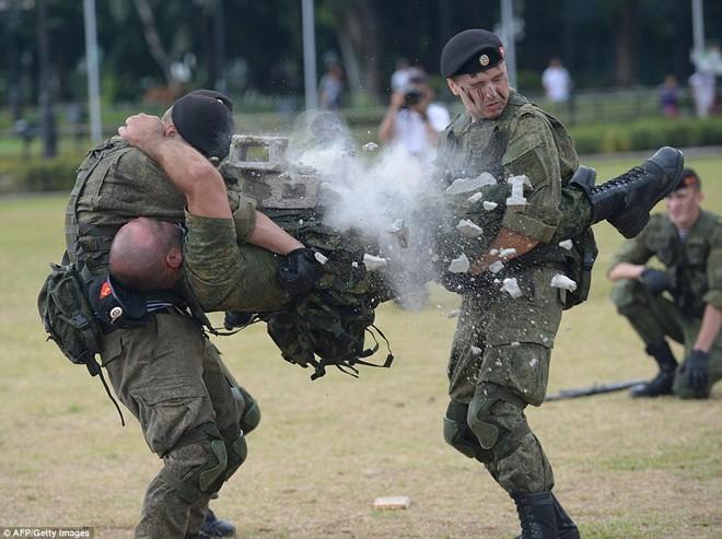 Lính Nga chịu bỏng, đập vỡ gạch trên người để tập luyện - Ảnh 7.