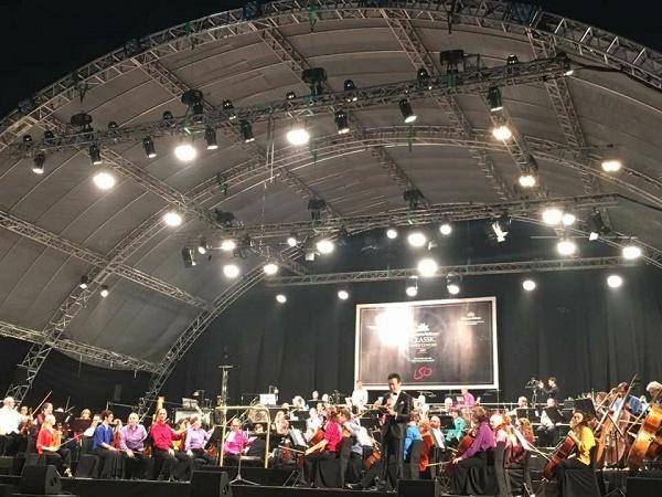 Tối cuối tuần, phố đi bộ Hà Nội vui hơn hẳn với buổi biểu diễn của dàn nhạc giao hưởng London - Ảnh 8.